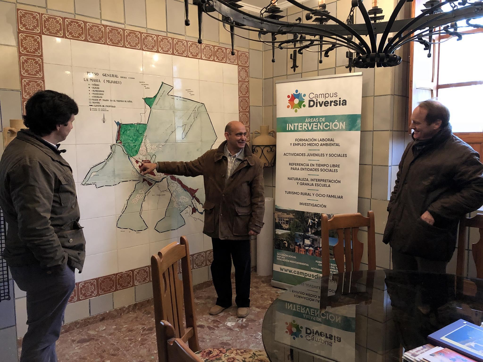 Hoy tuvimos la visita de Javier García y Bruno Sánchez de Fundación Botín para conocer el proyecto del Campus Diversia Asociación Amica. Gracias por el encuentro y haber saboreado la primera cata de nuestro aceite ecológico! #CompartiendoCapacidades #TalentoSolidario